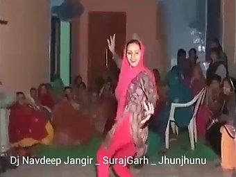 Sexy Bhabhi From Haryana Dancing In Wedding