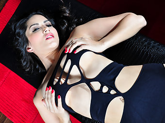 Sunny Leone Showing Off Sexy Boobs